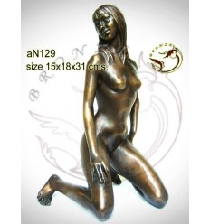 Femme AN129  ( H .31 x L .18 Cm )