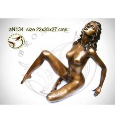 Femme AN134  ( H .27 x L .30 Cm )