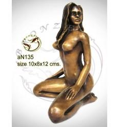 Femme AN135  ( H .12 x L .8 Cm )